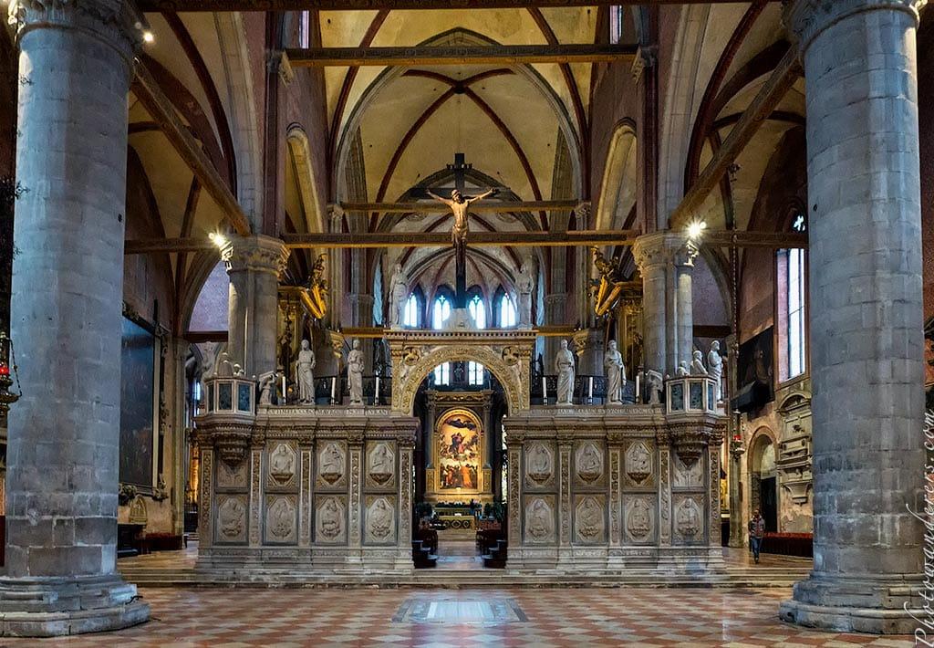 Алтарь в Соборе Санта-Мария-Глориоза-деи-Фрари, Венеция, Италия