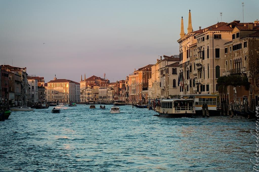 Гранд-Канал возле моста Риалто, Венеция, Италия