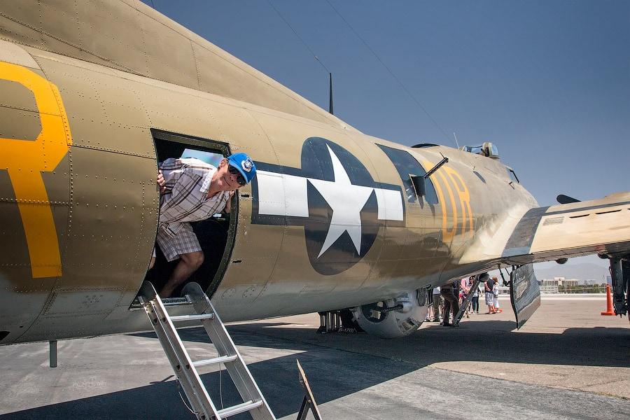 Boeing B-17 Flying Fortress («Летающая крепость») — первый серийный американский цельнометаллический тяжёлый четырёхмоторный бомбардировщик