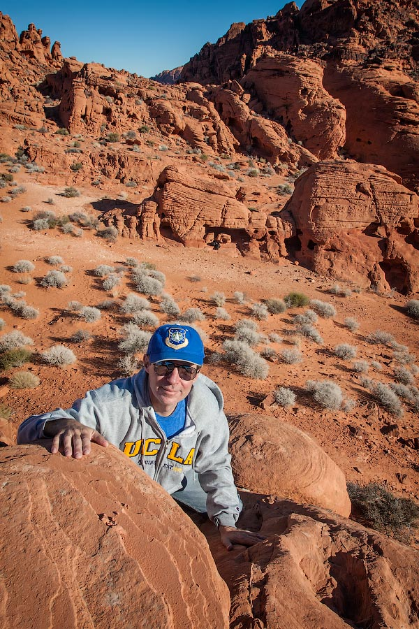 Алекс забирается на небольшую вершину | Alex climbs on the top of a rock