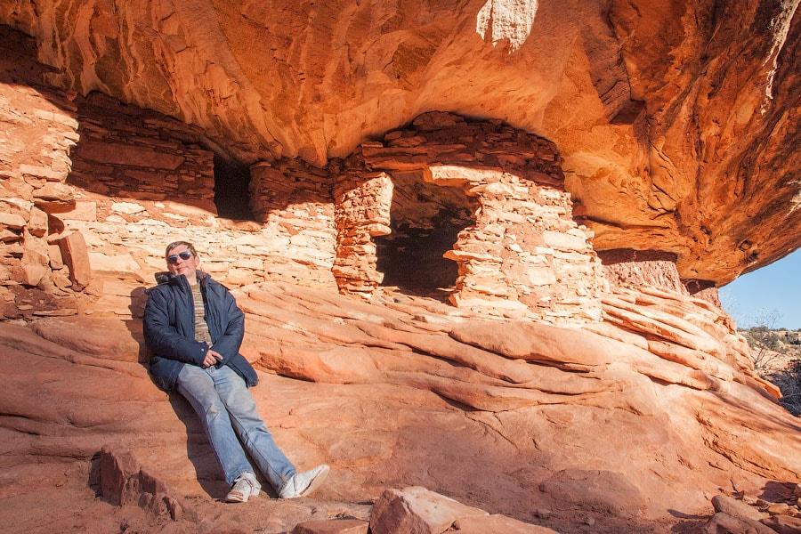"Алекс возле руин Анасази ""Горящий дом"", Аризона  |Alex next to ""House on Fire"" Anasazi Ruins, Arizona"
